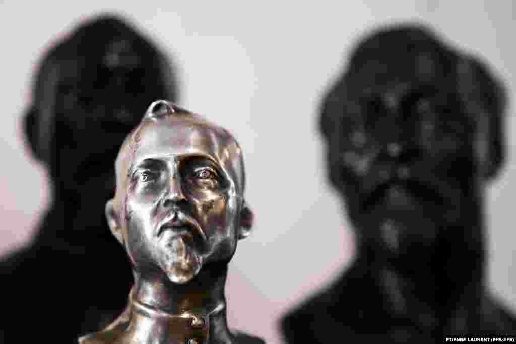 Скульптуры Феликса Дзержинского, который руководил первыми советскими организациями, отвечающими за госбезопасность: ЧК и ОГПУ. Он возглавлял спецслужбы с 1917 года до своей смерти в 1926 году. Он был одним из организаторов«красного террора»— массовых убийств после прихода к власти большевиков.