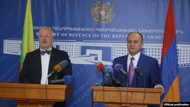 Armenia - Defense Minister Seyran Ohanian (R) and his visiting Lithuanian counterpart Juozas Olekas at a news conference in Yerevan, 23Apr2014.