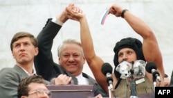 Президент России Борис Ельцин у здания парламента в Москве, 22 августа 1991