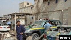 عناصر من الدفاع المدني والشرطة يتفحصون موقع الإنفجار