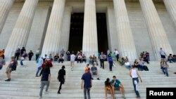 Люди перед мемориальным комплексом Линкольна в Вашингтоне. 29 сентября 2013 года.