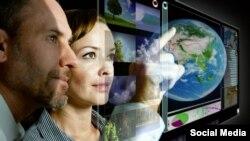 Qadın və kişi futuristik ekranda işləyirlər
