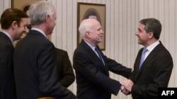 Президент Болгарии Росен Плевнелиев (справа) приветствует сенаторов США. София, 8 июня 2014 года.