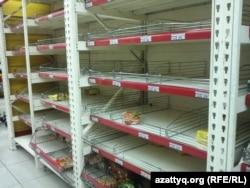 Пустые полки в одном из супермаркетов. Алматы, 2 февраля 2014 года. Иллюстративное фото.