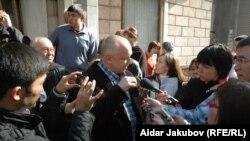 "Oppozision ""Alga"" partiýasynyň lideri Wladimir Kozlow Almatydaky Milli metbugat öýüniň öňünde hakimiýetleriň syýasatyny tankytlap, žurnalistlere interwýu berýär. Almaty, oktýabr, 2010."