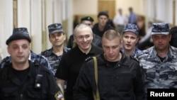 Михаила Ходорковского конвоируют в зал суда. Москва, 2011 год.