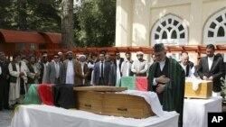 Президент Хамид Карзай жардамчысы Мохаммад Канды акыркы сапарга узатуу учурунда. Кабул, 18-июль.