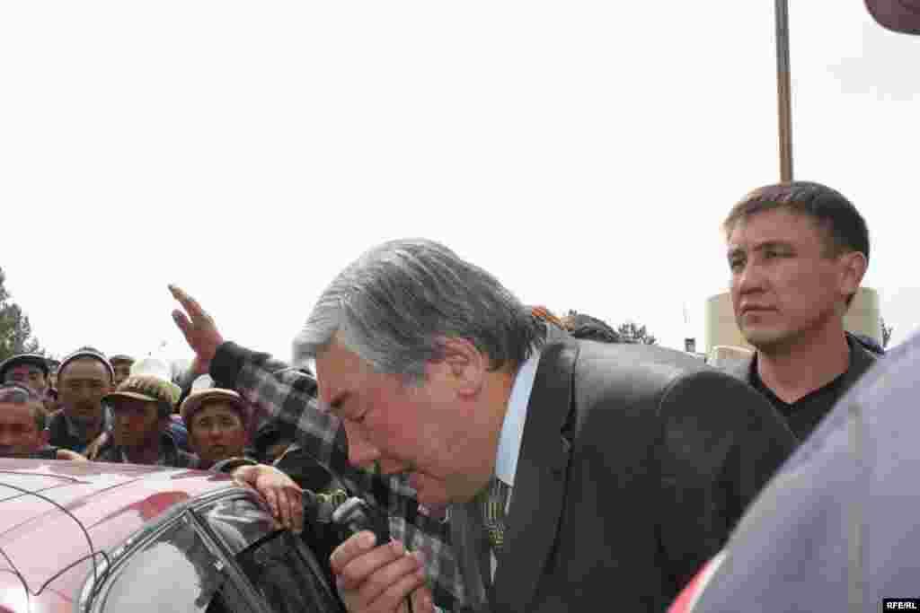 Таластагы нааразылык - Губернатору Бейшен Болотбековду чогулган эл укпай койду