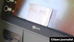 Türkmenistandaky bankomatlaryň biriniň öňünde goýlan 'pul ýok' diýen ýazgy.