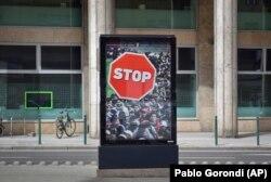 Офіційна антимігрантська реклама, нагорі напис: «Урядова інформація», Будапешт, 4 квітня 2018 року