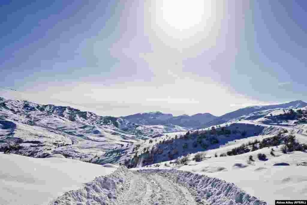 Yolun bəzi hissəsi isə dağın yüksəkliyindən keçir və bu yol qışın oğlan çağlarında demək olar ki, bağlanır.