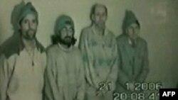 """Кадр катарского телеканала """"Аль-Джазира"""", показавшего заложников незадолго до освобождения"""
