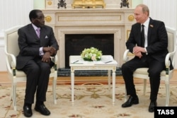 Владимир Путин принимает Роберта Мугабе в Кремле. 10 мая 2015 года