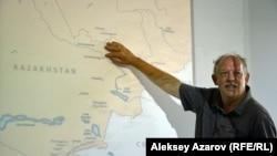 Во время презентации Ник Филдинг показывал на карте маршрут Аткинсонов по Восточному Казахстану, сопровождал свой рассказ слайдами рисунков Томаса Аткинсона. Алматы, 26 июля 2016 года.
