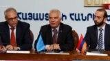 Посол ЕС Петр Свитальский (в центре), и. о. первого вице-преьмера Арарат Мирзоян (справа), Ереван, 14 ноября 2018 г.