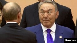 Президент Казахстана Нурсултан Назарбаев приветствует президента России Владимира Путина. Шанхай, 20 мая 2014 года.