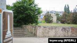 Строительство (на заднем плане) у склепа Деметры в Керчи, которое якобы угрожает памятнику. 18 мая 2018 года