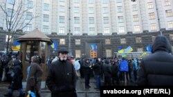 Демонстранти біля будинку уряду, 2 грудня 2013 року