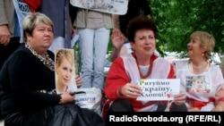 Прихильники Тимошенко мітингують біля лікарні, Харків, 16 травня 2012 року (фото О. Овчинникова)