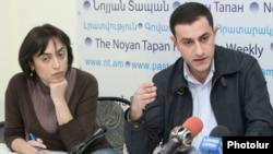 Сестра Артака Назаряна Цовинар Назарян и адвокат Мушег Шушанян на встрече с журналистами, Ереван, 29 октября 2012 г.