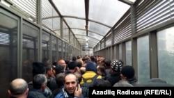 «Sınıq körpü» sərhəd-keçid məntəqəsi (arxiv fotosu)