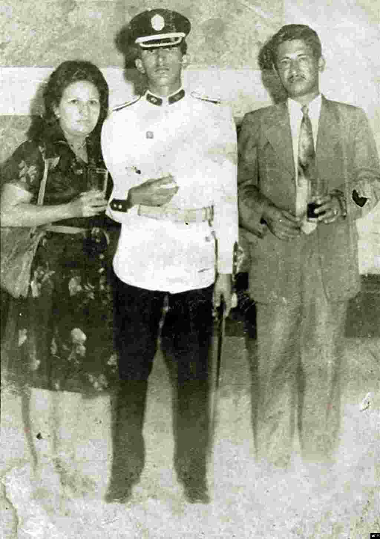 Hugo Chavez anası Elena Frias və atası Hugo de los Reyes Chavez-lə birlikdə