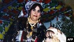 صفیه قذافی (ایستاده)، همسر رهبر پیشین لیبی در یک مراسم عروسی در طرابلس.
