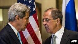 سرگئی لاوروف (نفر اول از راست) و جان کری، طی هفتههای گذشته چندین بار در مورد بحران اوکراین گفتوگو کردهاند