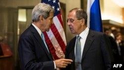 جان کری، وزیر خارجه آمریکا (سمت چپ) و همتای روسیاش سرگئی لاوروف.