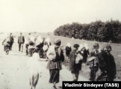Голодные селяне покидают села в поисках еды (1933 г.). Фото А. Винербергера