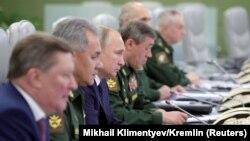 Президент Росії Володимир Путін (третій зліва) спостерігав за випробуванням із контрольної кімнати в Міністерстві оборони в Москві, 26 грудня 2018 року