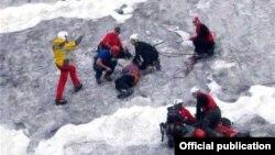 Альпинистам, которые получили телесные повреждения различной степени тяжести при жесткой посадке вертолета в горах Памира, оказывают медицинскую помощь.