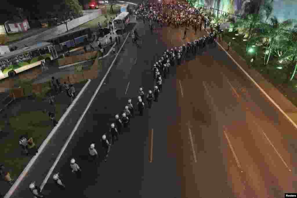 نیروهای پلیس در خیابان های برزیلیا، پایتخت برزیل