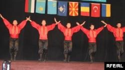 (архівна фотографі) Виступ кримсько-татарського фольклорного колективу