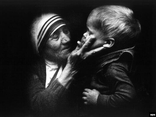 Majka Tereza sa dečakom tokom svoje posete Poljskoj - iz arhive