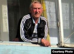 Борис Левченко наблюдает за берёзовой рощей со своего балкона.