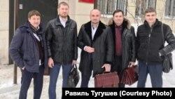 """Равиль Тугушев (второй справа) и группа адвокатов по делу """"экстремистских"""" толкований Корана. Архивное фото. 31 января 2019 года после заседания суда в Самаре"""