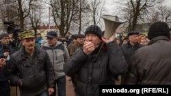 Віктор Марчик із гучномовцем на акції «Марш недармоїдів» в Слонімі, Білорусь, 19 березня 2017 року