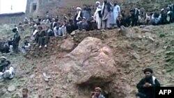 Люди спостерігають за стратою 22-річної жінки в афганській провінції Парван, стоп-кадр з відео