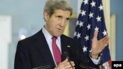 وزیر خارجه آمریکا میگوید، پیش از مطرح کردن گزینه نظامی علیه برنامه هستهای ایران باید همه گزینههای دیگر آزموده شوند.
