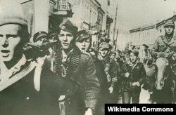 Партизаните ја ослободуваат Битола.