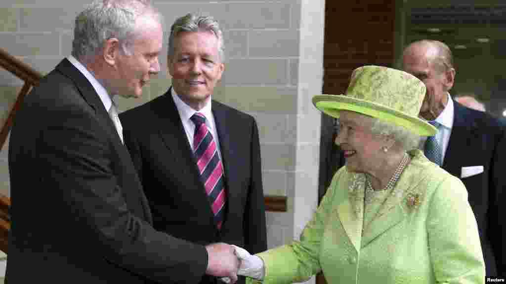 Королева Елизавета в Северной Ирландии. Пожимает руку Мартину Макгиннесу - одному из бывших лидеров ИРА. Подведена черта под кровопролитным конфликтом. 27 июня 2012 года.