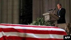 نمایی از مراسم یادبود جرج بوش پدر در کلیسای جامع ملی شهر واشینگتن
