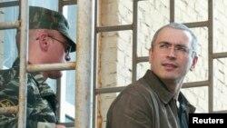 Российский бизнесмен Михаил Ходорковский выходит из здания суда. Москва, 12 августа 2013 года.