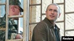 М.Ходорковский Москвадагы соттон кийин түрмөгө алып бара жатылган жерде тартылган сүрөт, 12-август, 2004-ж.