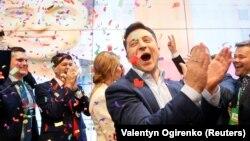 За даними національного екзит-полу, шоумен Володимир Зеленський перемагає у другому турі виборів президента України, набираючи 73,2% голосів виборців