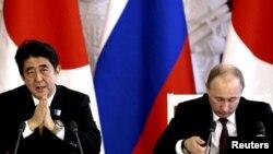 Премьер-министр Японии Синдзо Абэ и президент России Владимир Путин (справа).