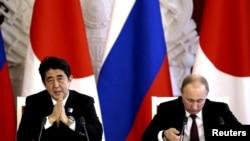 Президент России Владимир Путин (справа) и премьер-министр Японии Синдзо Абэ (слева). Москва, 29 апреля 2013 года.