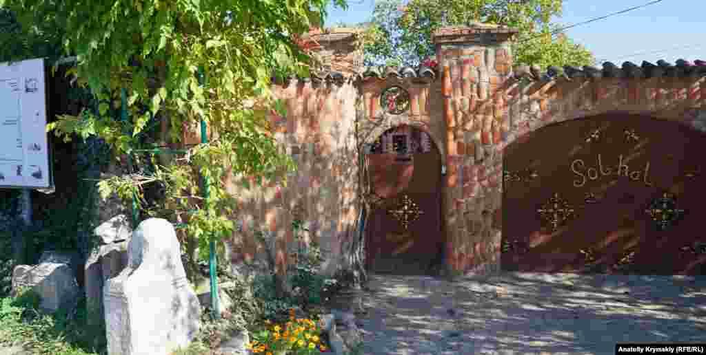Старый забор и фасад дома-музея, а также гараж Акима Гиясова обложены фрагментами средневековой черепицы.