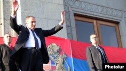 Armenia - Opposition leader Levon Ter-Petrosian greets thousands of supporters rallying in Yerevan, 9Sep2011.